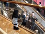 小さな女の子がエスカレーターに乗る人々に「バイバイ♪」と手をふり続け、あまりの可愛さにほぼ全員が手を振り返している超ほのぼの映像