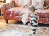 1歳と3歳の男の子が戸棚から小麦粉の袋が入ったカバンを発見するとどうなるか?