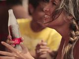 キンキンに冷えたコカ・コーラを氷で作ったボトルに入れて真夏のビーチで配布するという神企画