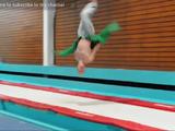 この人の身体能力の高さは異常!バク転しながら服を着る超人/Damien Walters