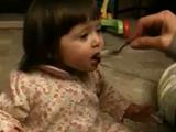 生まれて初めてグレープフルーツを食べた赤ちゃんが見せてくれた、100点満点のリアクション