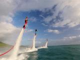 ドラゴンボールの舞空術みたい!水の上を浮遊できるマリンスポーツ「Flyboard(フライボード)」でカッコ良いトリックを決めまくる人たち