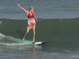 美女たちのサーフィン大会/参加条件は「セクシーな水着を着て、ハイヒールを履くこと」