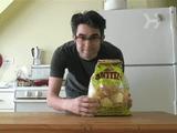 こりゃ便利!食べ残したポテトチップスの袋をクリップ無しで閉じる方法