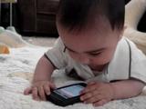 iPhone を見るとピタッと泣きやむ赤ちゃん