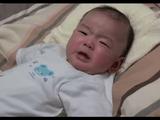 アニメ「ジョジョの奇妙な冒険」のオープニングテーマでピタッと泣き止む赤ちゃん