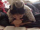 こりゃ可愛い!モフモフの子猫が美女の頭の上で一緒に本を読んでる