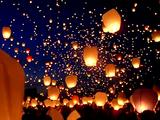 なんて美しいんだ!夜空にゆっくりと浮かび上がる無数の炎 in ポーランド
