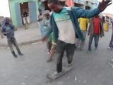 【ほのぼの映像】スケボー持参でエチオピアを訪問して現地の人々にスケボーを渡してみたら・・・