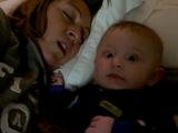 何事でちゅか!?/添い寝中に先に寝落ちしたと思われるママのイビキが凄すぎて戸惑いまくる赤ちゃん
