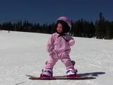 すごい!ちゃんと止まれてる!わずか1歳3ヶ月でスノーボードを楽しむ女の子