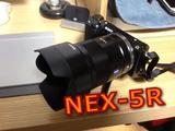 「SONY α NEX-5R(黒)」の開封~セットアップまでを、「SONY α NEX-5R(シルバー)+最強レンズ」で撮影するという何とも贅沢な動画レビュー