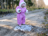 【可愛すぎ注意】 はじめて見る氷を張った水たまりに興味津々な赤ちゃん「なんだろうコレ?なんだろうコレ?な」