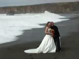 海岸で結婚記念写真を撮っていたら、想定外の大波にさらわれそうになる新郎新婦