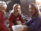 プレゼントにWiiをもらって狂喜乱舞する子供たち
