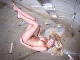 金髪セクシー美女のグラビア撮影を無重力空間でやるとどうなるか?という実験映像がけしからん件